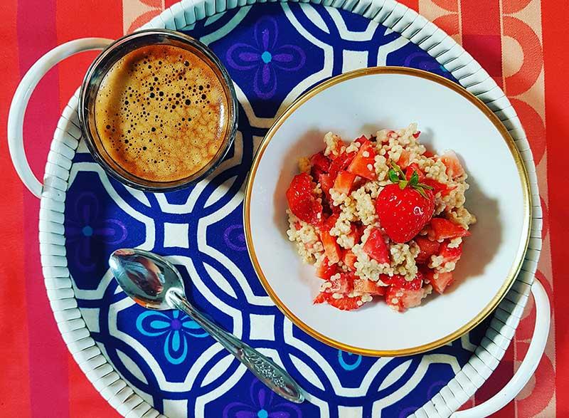hafer-erdbeer-porridge und kaffee