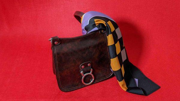 Handtasche und Halstuch